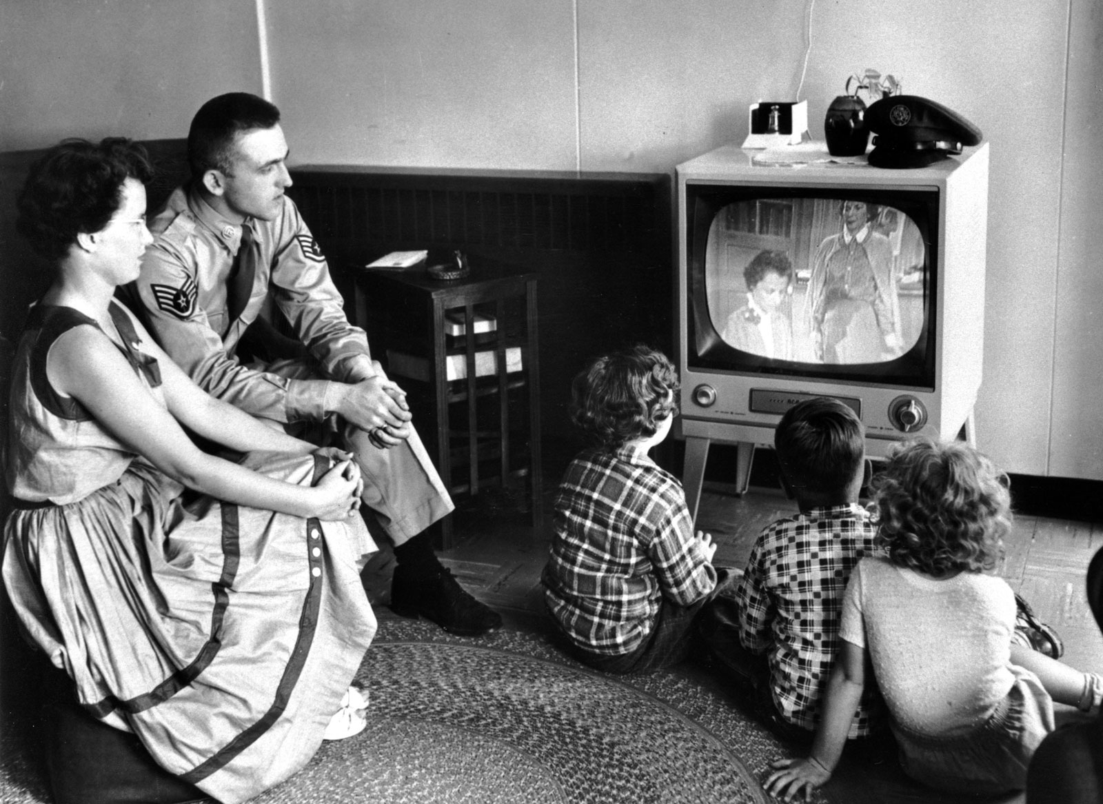 tv representation of families and society 1950s During the 1950s, it was easy  these houses were perfect for young families-they had informal family rooms, open floor plans and backyards-and so suburban developments earned.